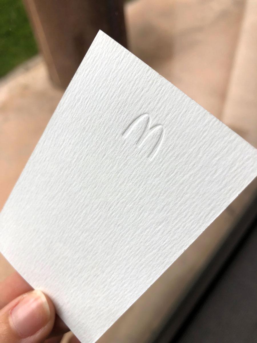 Impression 2 Couleurs Pantone Petite Forme De Gaufrage Pour Le Sigle M Du Logo McDonalds En Embossage
